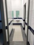 Eingangsbereich eines neuen WC-Raums für Jungen
