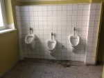 Der Abschied von der alten Toilettenanlage im Hofflügel fällt nicht allzu schwer...